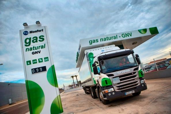 Scania entrega la primera tractora con tecnología GNL a Transportes Monfort
